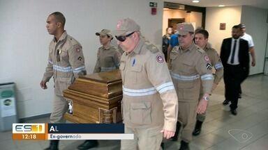 Amigos e familiares se despedem do ex-governador do ES Albuíno Azeredo - Albuíno morreu neste domingo (16), aos 73 anos. Ele foi enterrado no cemitério cemitério Parque da Paz, na Ponta da Fruta.
