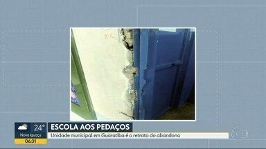 Escola em Guaratiba está abandonada - Janelas quebradas, fios expostos, tomadas abertas, bebedouros enferrujados. Esses são apenas alguns dos problemas na Escola Municipal Jonatas Serrano.