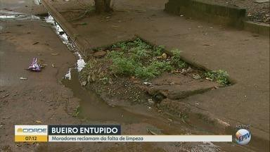 Moradores reclamam de bueiro entupido no Jardim Iara em Ribeirão Preto - Falta de limpeza incomoda vizinhos.