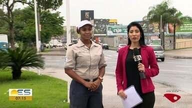 Chefe do Núcleo de Educação para o Trânsito dá orientações a motociclistas - Quem falou foi Bianca Paixão.