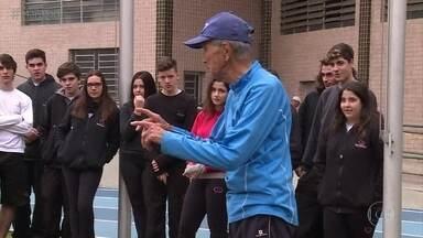 Seu Shimizu visita escola de nível médio - Estudantes ficam impressionados com a disposição do senhor de 90 anos