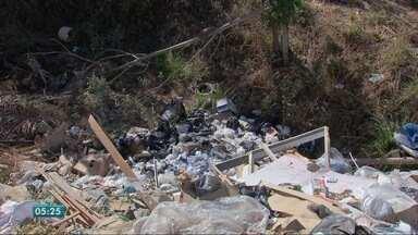 Moradores sofrem com o lixo jogado de forma irregular - Moradores sofrem com o lixo jogado de forma irregular