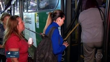 Pesquisa mostra que o paulistano gasta quase 3 horas por dia no trânsito - Morador da capital perde 2h43 por dia em deslocamentos. E caiu o número de pessoas que usam o ônibus como principal meio de transporte. Passageiros dizem que ônibus estão superlotados.