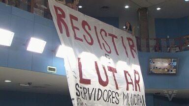 Câmara de Cubatão vota lei sobre os grupos artísticos da cidade - Sessão foi agitada durante votação da lei que coloca os grupos como patrimônios culturais da cidade, e teve também protesto de professores contra retirada de benefício.