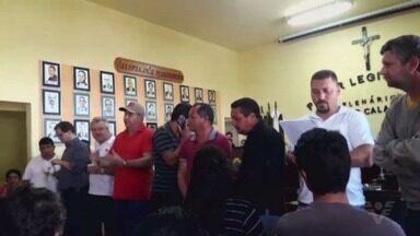 Greve dos funcionários municipais de Apiaí continua - Servidores estão com os salários de agosto atrasados.