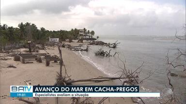 Técnicos da Defesa Civil avaliam os prejuízos causados pelo avanço do mar em Cacha-Prego - Casas e estabelecimentos comerciais estão sendo destruído pela força da água.