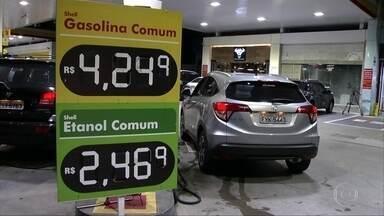 Pela primeira vez a venda de etanol empata com a da gasolina - Segundo a ANP, a Agência Nacional de Petróleo, o preço médio do etanol caiu 1% no primeiro semestre do ano, enquanto o da gasolina na bomba, subiu 10%.