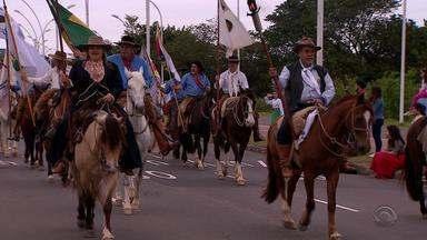 Cerca de mil cavalarianos participam do desfile farroupilha em Porto Alegre - 59 piquetes participaram das atividades.