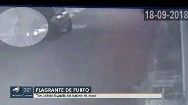 Câmera flagra furto de bateria de carro no bairro Ipiranga em Ribeirão Preto - Homem abriu o capô do veículo e fugiu logo depois.