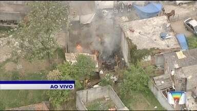 Casa pega fogo no Rio Comprido - Moradores combatem incêndio.