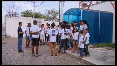 Crianças e adolescente do Núcleo de Artes e Ofícios de Divinópolis visitam a TV Integração - Profissionais da emissora bateram papo com durante o encontro.