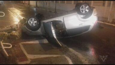 Carro capota em São Vicente e derruba poste do semáforo na Rua Quintino Bocaiúva - Motorista foi levado para a delegacia após teste do bafômetro apontar embriaguez.