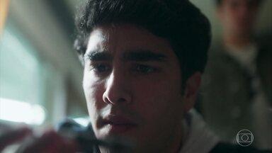 Hugo encontra a caneta de Fabiana na sala de Marcelo - O rapaz se anima ao encontrar a prova de que as eleições foram fraudadas