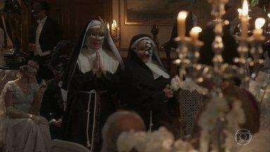 Disfarçadas de freiras, Susana e Petúlia chegam no baile - Elas perdem a pouca compostura que têm ao se depararem com a mesa dos quitutes