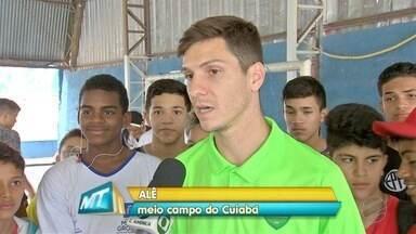 Estudantes de escola estadual recebem visita de jogadores do Cuiabá - Estudantes de escola estadual recebem visita de jogadores do Cuiabá
