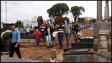 Corpo de criança morta por jovem em Araxá é enterrado - Segundo a polícia, autor disse que agrediu menina de dois anos porque ela não parava de chorar. Crime ocorreu na terça-feira (18).