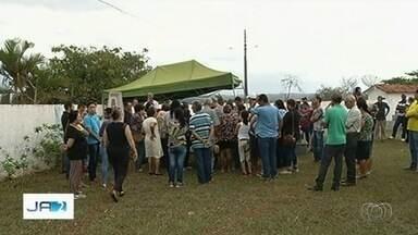 Dois trabalhadores morrem levados por enxurrada em Catalão - Eles foram enterrados nesta quinta-feira (20).