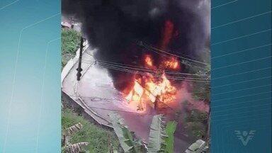Ônibus escolar fica destruído após pegar fogo em Santos - Situação aconteceu no início da tarde de quinta-feira (20). Ninguém se feriu.