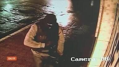 Bandidos explodem caixas eletrônicos de agência em Gravatá (PE) - As imagens de câmeras de segurança flagraram a ação dos criminosos.