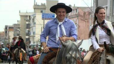 Participante do 'The Voice Brasil', gaúcho Léo Pain participa do desfile em Alegrete - O cantor está na semifinal do programa.