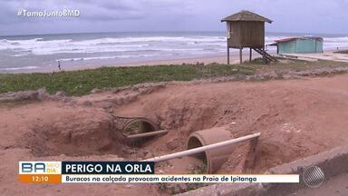Perigo na orla: buracos na calçada provocam acidentes na Praia de Ipitanga - Uma assistente social caiu, levou pontos na cabeça e ainda sofre com os hematomas.