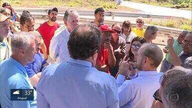 Moradores protestam e pedem melhorias na BR-040, na Grande BH - Eles faziam ato no entrocamento da rodovia com a LMG-813, que dá acesso a Piedade do Paraopeba.