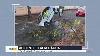 Carro cai em buraco no Setor Solange Park 2, em Goiânia - Asfalto cedeu por conta de vazamento em sistema de água da via.