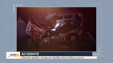 Acidente com ônibus de viagem e carro deixa feridos na GO-050, em Trindade - Segundo Corpo de Bombeiros, ao menos seis pessoas foram socorridas, entre elas motoristas dos dois veículos.