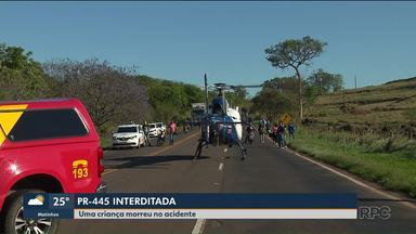 Acidente interdita PR-445 na região de Londrina - Uma criança morreu e quatro pessoas ficaram feridas.