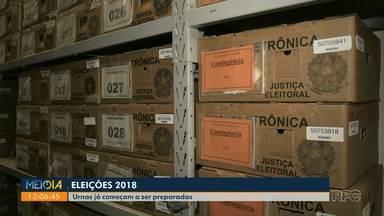 Urnas que serão utilizadas nas eleições em Londrina começam a ser preparadas - Londrina conta hoje com 1.300 urnas, sendo 1.120 para o município, 26 para Tamarana e o restante dos equipamentos ficam de reserva para possíveis problemas técnicos.