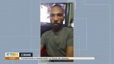 Comerciante é assassinado na frente dos clientes, em Santa Rita, Vila Velha - A polícia ainda não identificou os assassinos.