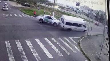 Quinze passageiros de van ficam feridos após acidente em Peruíbe - Veículo foi atingido por um carro da Polícia Ambiental.