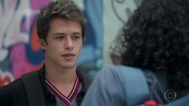 Santiago fica incomodado com o assédio a Michael - Os dois combinam um encontro após o treino de futsal de Santiago