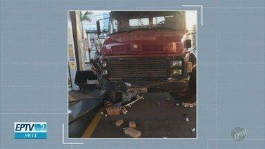 Suspeitos usam caminhão para conseguir levar cofre de posto de gasolina em Americana - Assalto aconteceu na madrugada desta segunda-feira (24).