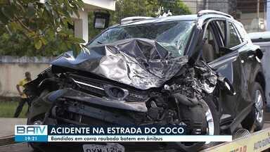 Bandidos roubam e batem carro contra ônibus na Estrada do Coco; polícia investiga o caso - Nove passageiros do coletivo ficaram feridos e os criminosos conseguiram fugir.