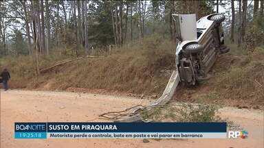 Carro bate em poste e vai parar em barranco - Acidente foi na tarde desta segunda-feira (24), em Piraquara.