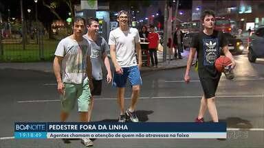 Agentes da Setran e do Detran chamam a atenção de pedestres que não seguem a lei - Durante a ação de conscientização, pedestres foram alertados sobre o perigo de atravessar fora da faixa.