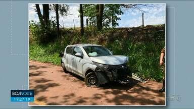 Homem fica gravemente ferido após capotar carro em Douradina - Ele perdeu o controle do carro, capotou e bateu em uma árvore, na tarde desta segunda-feira, 24.