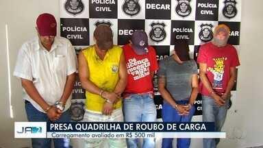 Polícia prende cinco suspeitos de roubar carregamento avaliado em R$ 1 milhão - Segundo corporação, assalto ocorreu em São Paulo e criminosos levavam carga de defensivos agrícolas para receptador em Goiás.