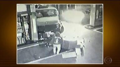 Bandidos usam caminhão para arrancar cofre de posto de combustível - O assalto foi em Americana, no interior de São Paulo. Ninguém foi preso.