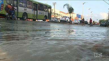 Vazamento de água em avenida de São Luís causa transtornos a moradores e motoristas - Um grande vazamento de água na avenida Jerônimo de Albuquerque causa transtornos aos moradores e motoristas que circulam na área.