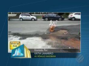 Telespectador registra imenso buraco na avenida Rômulo Maiorana - Morador tenta retirar a água empossada no buracos