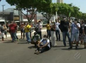 Familiares de pacientes renais crônicos protestam contra falta de medicamento - Manifestantes fechara via em frente a Sespa