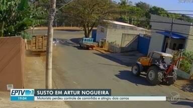 Caminhão perde controle e atinge dois carros parados, em Artur Nogueira - Veículo desceu a rua e bateu nos carros no lado contrário. Ninguém se feriu.