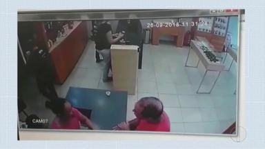 Seis homens invadem e assaltam joalheria em Coronel Fabriciano - Criminosos foram identificados através de imagens do circuito interno da loja.
