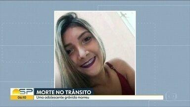 Corpo de grávida morta em acidente na Baixada Santista é enterrado - Jovem, de 17 anos, estava com o namorado em uma moto quando foi atingida por um carro.