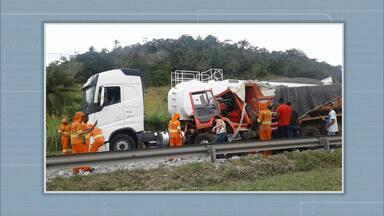 Boletim BATV: acidente entre caçamba e carreta deixa dois feridos na BR-324 - Parte da via precisou ser interditada no sentido Salvador, o que causou um longo congestionamento.