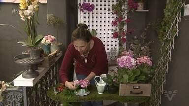 Florista ensina como fazer arranjos para casa gastando pouco - Dicas são práticas e ajudam a deixar a casa mais alegre durante a primavera.