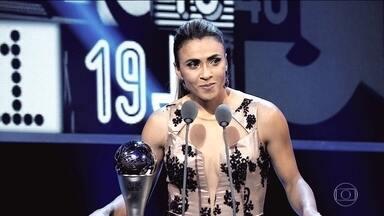 Marta emociona ao receber o prêmio de melhor jogadora do mundo pela sexta vez - Marta emociona ao receber o prêmio de melhor jogadora do mundo pela sexta vez