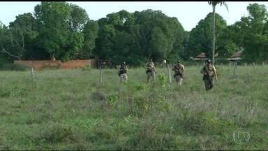Polícia retoma busca por 19 presos que fugiram de penitenciária do Tocantins - Os detentos fugiram fazendo duas pessoas reféns. Quase trinta presos escaparam e nove acabaram mortos em confronto com a polícia.